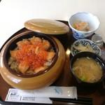 レストラン わか菜 - 季節モノ、はらこ飯1,500円。鮭のあら汁、小鉢2品(煮物、鮭南蛮漬け)付。美味い~