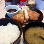松のや - 「ロースカツ定食(並)」(500円)に味噌ソース(通常100円、今回は期間限定で50円)を追加。