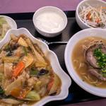 Rensoutei - 「ハーフ&ハーフランチ」(1,080円)。「五目あんかけご飯」と「黒胡椒チャーシュー麺」をチョイス。