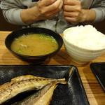 浜焼きしんちゃん - ご飯並盛り200円とあさりの味噌汁380円