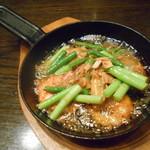 yaesu 海老バル - ソフトシェルシュリンプとニンニク芽のアンチョビガーリック焼き