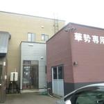 旬料 華勢 - 店裏の駐車場側入口 2016.10月