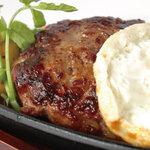 トリプルトゥエンティ - [ 自家製手ごね ハンバーグ ] トリプル自慢のハンバーグ。ジューシーで肉の旨みが広がる一品!