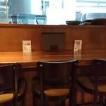 ダイニング 彩 - 奥に厨房が見えるカウンターが6席ございます。ここでメタボな大将とのお喋りを楽しむ方も沢山いらっしゃいます☆