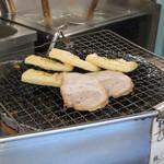 中華そば とんび - 油揚げとチャーシューを七輪で炭火炙り