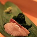 鮨 江なみ - ぶり2種類。 熟成させたものとフツーのもの