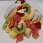 57913999 - たべともさんのフルーツのっやたつ。季節によって多少フルーツかわるようです