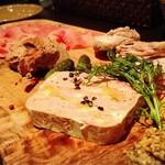 ビストロ マチュリスタ - シャルキュトリー盛合せ4種(フランス産生ハム、白レバーのムース、仔羊のパテ、自家製ゆでハム) 1580円