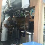 ファーマーズチキン - 外から見えるキッチン