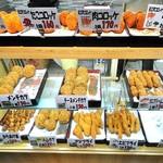 近江町コロッケ - 揚げ物が並ぶショーケース