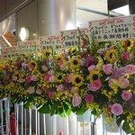 シェフズパーティー - 多くのお祝いの花もおばちゃんの琴線には触れない
