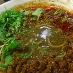 四川担担麺 阿吽 - ラー油を掻き分けると黒胡麻のスープが。