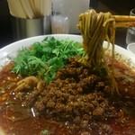 四川担担麺 阿吽 - 麺リフトで、初めて黒胡麻なのが分かります。