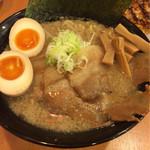 肉麺 金の豚 - 醤油豚骨ラーメン(背脂入り)
