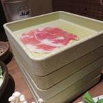 しゃぶしゃぶ温野菜 西新店 - お肉は一皿3枚なので、複数個頼むと、せいろそば or 回転寿司のように皿が積み重ねられてました。