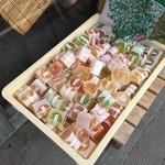 福屋餅菓子舗 - 店頭前にはお買い時商品ございました。