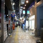 徳多和良 - こんな感じの通りをテクテクと歩いて行きます。 駅前から2車線道路の両端にある歩行者用の通りです。 色んなお店がありますよ。 キョロキョロしながら楽しんで歩きました。