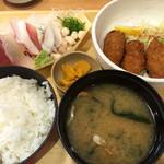57941036 - カキフライとお刺身定食980円