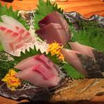 あきよし - お造り三点盛り合わせ1200円税別(一点はサービス)、鯛、鰹、鰤、鰆