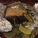 居酒屋 伝七 - 2200円コース7品目、秋鮭・牡蠣・椎茸のホイル焼き