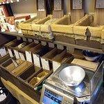 やなか珈琲店 - たくさん生豆が陳列されています