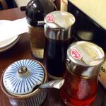 餃子屋 満園 - 卓上調味料キット。味噌ダレはなく、左のツボは豆板醤だ。
