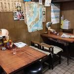 八番 - テーブル席2つ