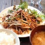 ぶった - もつ炒め定食(小山盛りごはん・味噌汁)