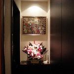 BAR 鶴亀 - 入口正面の飾り棚。お気に入りの絵を飾っています。