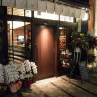 BAR 鶴亀 - 店舗入口。重い扉の向こうには...