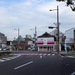 Toraya - お店は三叉路にあって目立ちました。