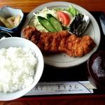 升金食堂 - 旦那が頼んだトンカツ定食。漬物と竹の子の煮物?と。サラダの所にはシソ味噌?も付いてます。