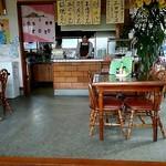 升金食堂 - L字になってる店内。ワイス温泉側の       私達は小上がりに。そこに座って撮影。