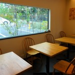 シーズ リーブル - テーブル席と大きなガラス面