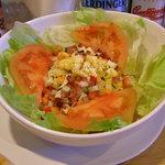 MANDA - 人気No.1サラダのコブ(Cobb)サラダ。食べやすい食感とオリジナルのドレッシングが決め手。