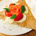 カフェ ド ヴェール - スモーキサーモンとトマトモッアレラチーズのガレット