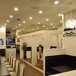 リトル成都 - テーブル席(~24名様)【貸切】明るく開放的な店内を50名様~最大80名様まで貸切でご利用いただけます!スイングジャズが流れる心地よい空間で、本場の四川料理をお楽しみください。