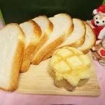 57986919 - 食パンとメロンパン