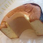 57988498 - こちらのシフォンケーキは、基本ハーフカットで売られてます。ふわふわ具合がすごい〜。