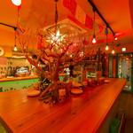ヌエボムンド - 店内の中心には 存在感のあるテーブル♪貸切は30名様までOK!