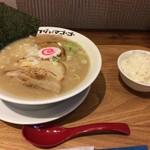 フジヤマゴーゴー - 魚介豚骨ラーメン 700円  サービスのライスと生卵付き