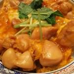 萬丸 - (2016年10月 訪問)上親子丼、アップ。鶏肉は総州古白鶏だそう。めちゃくちゃふっくらとして柔らかい食感。タレは濃いめ。