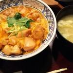 萬丸 - (2016年10月 訪問)上親子丼、1000円。お新香と味噌汁付き。