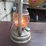 58000822 - テーブルにはランプ