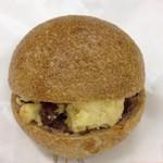 アブミ ベーカリー - くるみパンを使ったレーズンチーズサンド