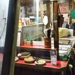 小金ちゃん - 店内の様子。 年季の入った鉄板でザクザクと「焼きラーメン」を作ってます