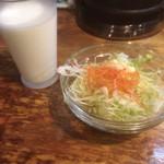 魚藍亭のよこすか海軍カレー館 - サラダと牛乳