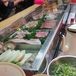ともちゃん - ケースの中には新鮮なお肉や野菜がたっぷり