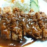 たつ - カツライス1200円(税込み)ご飯・漬物つき。