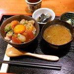 めしの助 - 朝海鮮丼全景